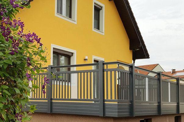 Terrassengeländer Staketen mit Perfor - Handlauf freilaufen, Balkonverblendung als Extra