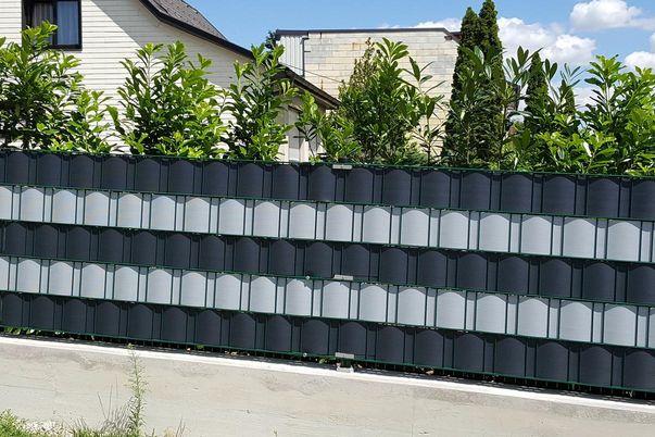 Drahtgitter-Zaun mit Sichtschutz