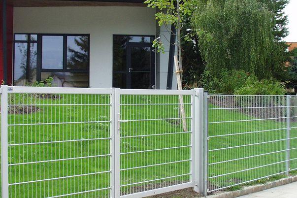 """Portail Industrie """"mesure standard"""" avec treillis soudé - portail 2 vantaux posé au poteau alu, convient bien aux clôtures."""