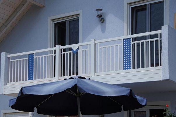 """Decor-Stab Geländer """"Perfor"""" - mit Rahmen-oben. Ornamente Perfor-Lochblech und Triade kombiniert. Balkonblende als Extra"""