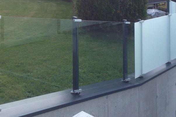Glass-Clips Geländer - mit Klarsicht- und Mattweiß-Folie.
