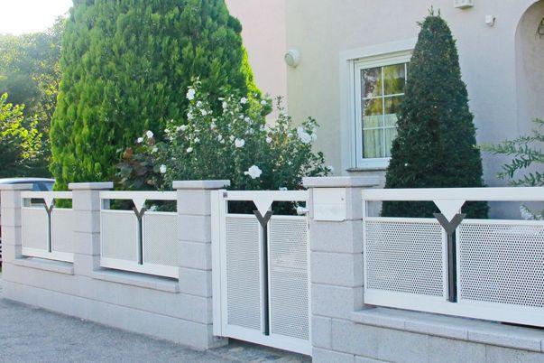 """Decor-Perforée Zaun """"Triade"""" - Gartenzaun + Tür mit Rund-Lochblech und Ornament Triade."""