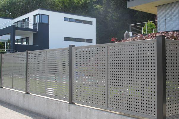 Flat-Design Zaun Lochblech - Zaunanlage mit Quadrat-Lochblech in alternativer Farbe zu Steher.