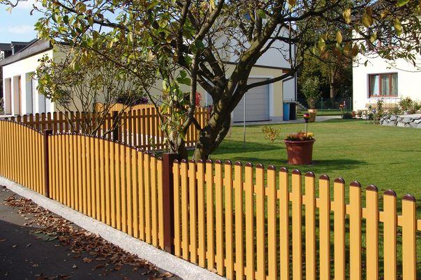 Latten Zaun mit Rundkappen - in alternativer Farbe, Oberkante convex.