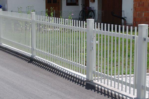 Palisaden Zaun & Tor mit Flachkappen - und gerader Oberkante.