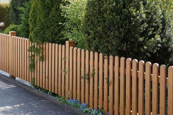 Latten Zaun mit Rundkappen - in Holzdekor, Oberkante gerade.