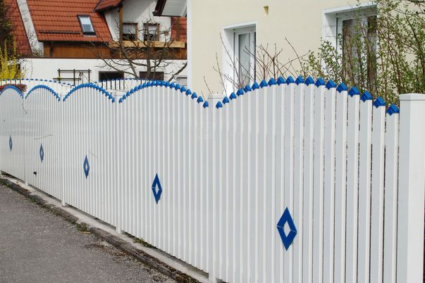 Latten Zaun mit Spitzkappen - und Ornament Karo in gleicher Farbe, Oberkante convex.