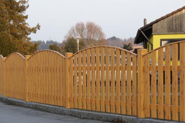 Latten Zaun mit Oberkantenleiste - in Holzdekor-Beschichtung.