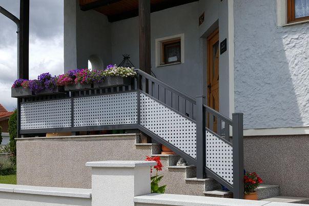 Staket on Flat Geländer - mit Lochblech, Stäbe 60 hoch und Steher in alternativer Farbe