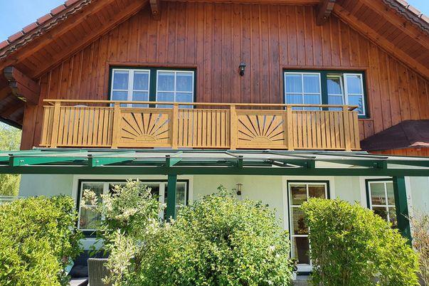 Latten-Füllung Geländer Vertikal kombiniert mit Flat-Design - in Holzdekor, Handlauf TopRail