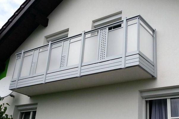 """Perforée Geländer """"Perfor"""" - Acryl-Glas Füllung mit Ornament Perfor-Lochblech und integriertem Handlauf. Balkonblende als Extra."""