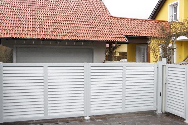 Lamello-Blocco Tore - Einfahrtstor (mit E-Antrieb) und Tür mit Lamellen ohne Abstand.