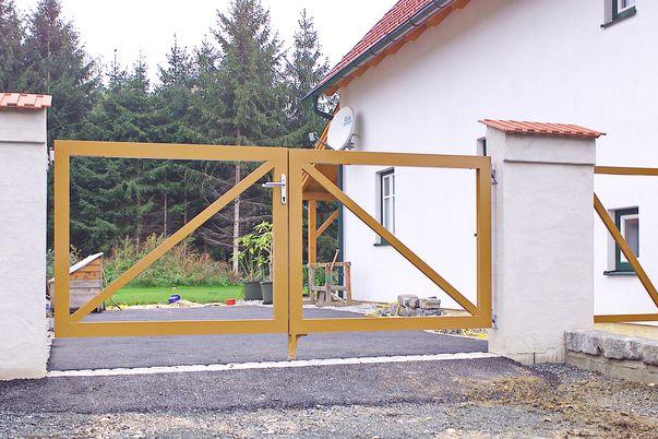 """Rahmen-Tore """"VORHER"""" - Flügeltor und Tür """"bereit"""" für Befüllung."""