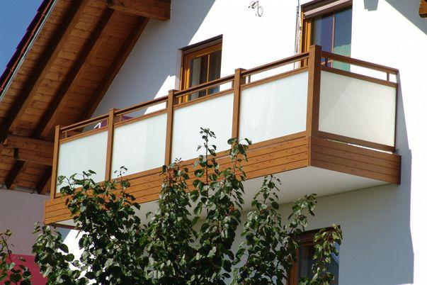Glasal Geländer - mit Mattweiß-Folie, Rahmen, freilaufender Handlauf und Balkonblende in Holzdekor.