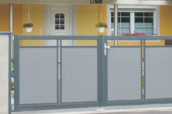 """Clôture Decor-Perforée """"Basis"""" - Portail 2 vantaux et clôtures en Basis I avec tôle emboutie."""