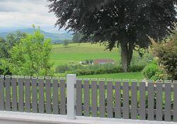 Latten Zaun mit Kaminkappen