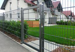 Draht-Gitter-Zaun und Tür