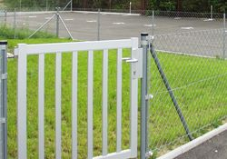 Draht-Geflecht-Zaun und Tor mit Stäben