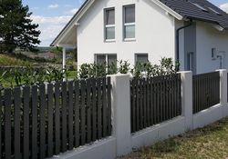 Latten Zaun mit Flachkappen