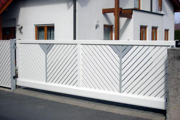 Tor Latten-Füllung Diagonal - mit Vertikal-Teiler und einzelnen Latten in Schmuckfarbe.
