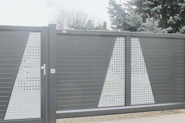Tore Trap-Horizont - Schiebetor mit E-Antrieb und Tür mit Ornamenten Lochblech.