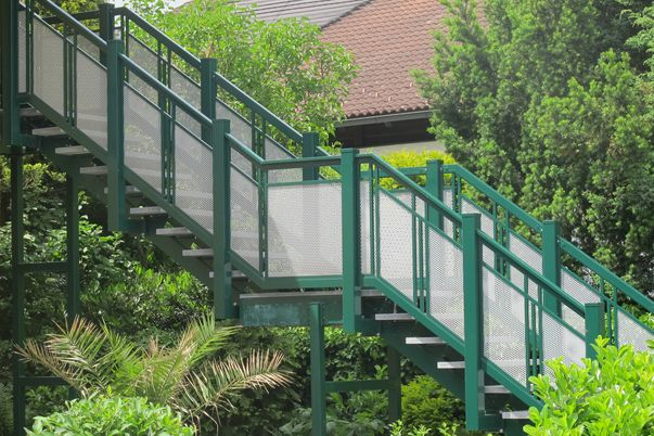 """Perforée Geländer """"Basis"""" - Ausführung Basis II mit Rund-Lochblech und freilaufendem Handlauf. Schutzleiste für Treppenspalt erforderlich!"""