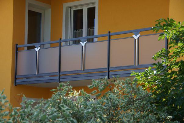 """Perforée Geländer """"Triade"""" - Füllung in Acryl-Glas mit Ornament Triade und Rahmen oben. Balkonblende als Extra."""