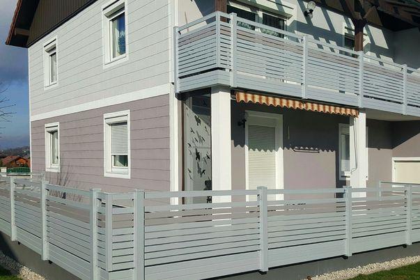 Staketto Horizontal Geländer - für Terrasse und Balkon. Füllungsstäbe 60 mit Schmuckfarbe passend zur Hausfassade. Balkonverblendung als Extra.