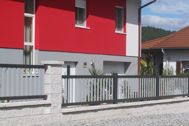 Staketen Zaun - mit Vertikal-Stäbe 40 in Schmuckfarbe.