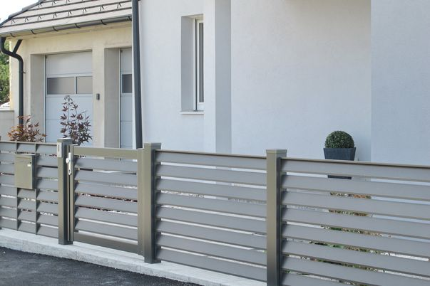 Lamello-Decco Zaun - Lamellen mit Abstand für Gartenzaun und Tür, Postkasten eingebaut.