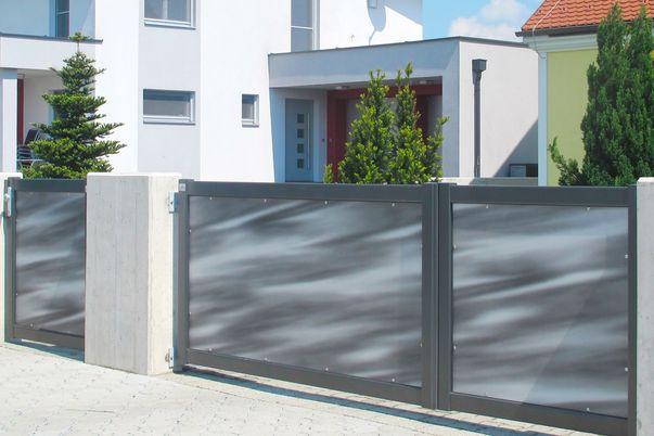 Rahmen-Tore - Elektrisches Flügeltor und Tür mit Design-Blechfüllung.
