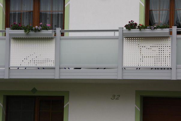 Flat-Design Geländer Lochblech - mit Quadratlochung in Schmuckfarbe. Kombination mit Glasal, Handlauf-Freilaufend. Balkonblende als Extra.