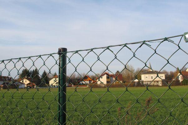 Draht-Geflecht-Zaun - und Mittel-Pfahl in grün.