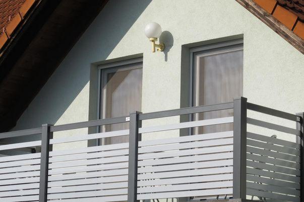 Staketto-Horizontal Balkon - mit Füllungsstäben 60, Steher in alternativer Farbe.