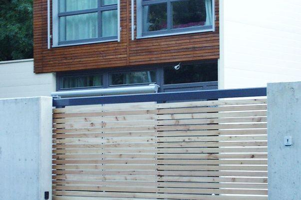 Rahmen-Tor - mit horizontaler Holzfüllung.